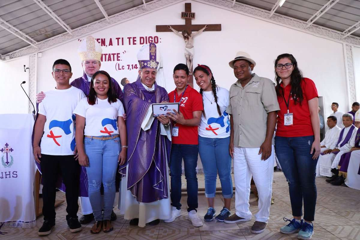 Los jóvenes Gretzaida Sánchez, de la parroquia Jesús Buen Pastor de La Mesa de San Martín y Gabriel Enriquez Pérez, de la parroquia Don Bosco Pedregal, ayudan con su inscripción al Nuncio de Su Santidad en Panamá.