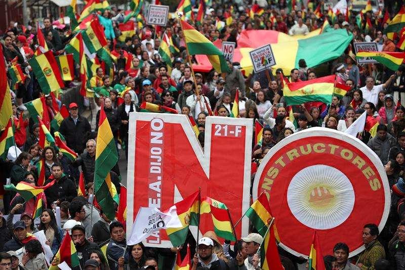 Ciudadanos detractores del presidente boliviano, Evo Morales, se manifiestan en contra de su posible reelección hoy, miércoles 21 de febrero de 2018, en La Paz (Bolivia). EFE
