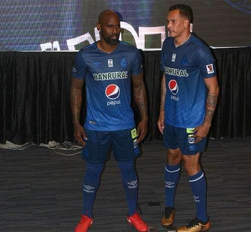 Felipe Baloy y Blas Pérez modelan el uniforme de visitante. Foto: Twitter
