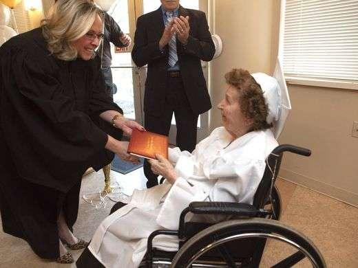 Ruth Frezza recibe su diploma.  /  Foto tomada de The Detroit News