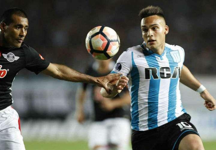 A Lautaro Martínez (dcha.) lo comparan con el exdelantero de la selección Argentina Gabriel Batistuta. Foto EFE