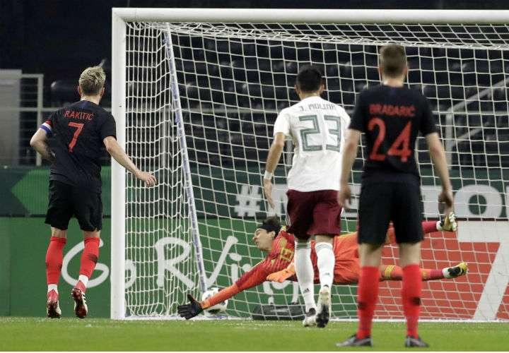 Ivan Rakitic (7)  vence al mexicano Guillermo Ochoa (13) de tiro penal para darle la victoria a Croacia. Foto AP