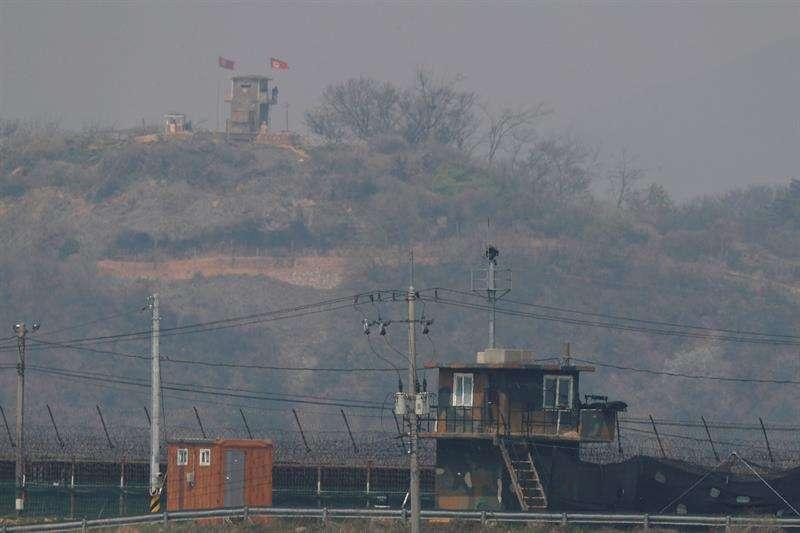 Un puesto de vigilancia surcoreano (frente) y un puesto de vigilancia de Corea del Norte (arriba). Foto/EFE