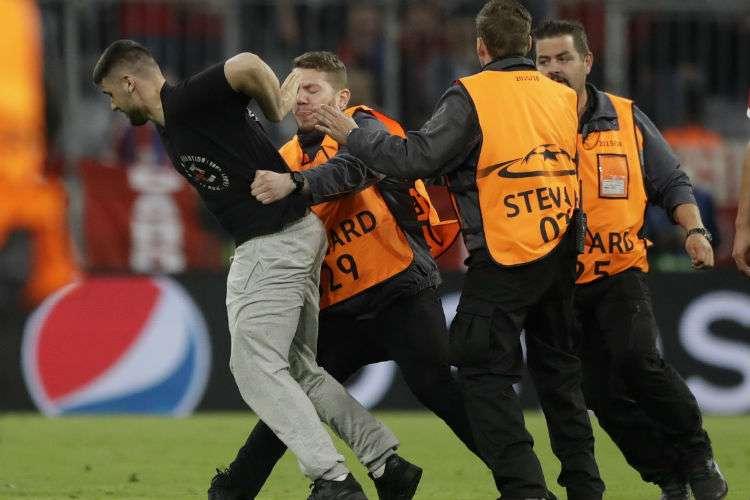 Un aficionado entró al campo de juego del Allianz Arena, luego de terminado el juego entre el Bayern Múnich y el Real Madrid. Foto: AP