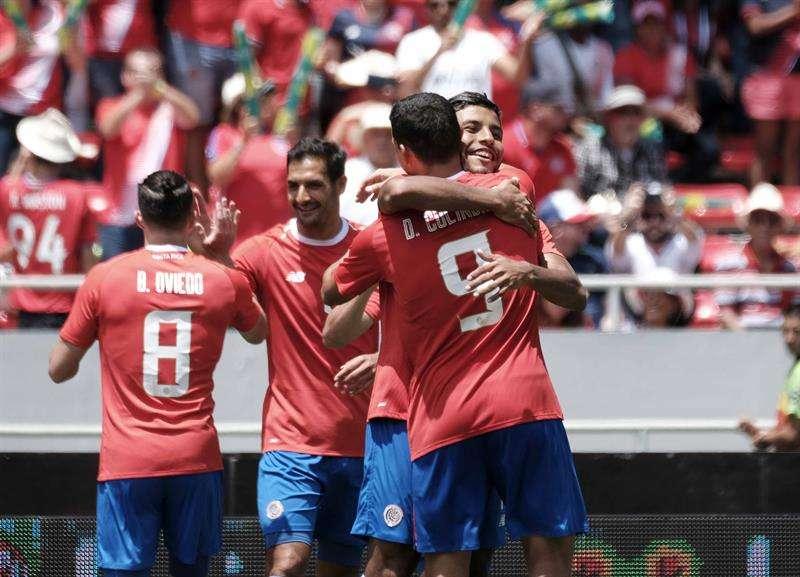 Jugadores de Costa Rica celebran un gol ante Irlanda del Norte durante el partido amistoso en San José. Foto EFE