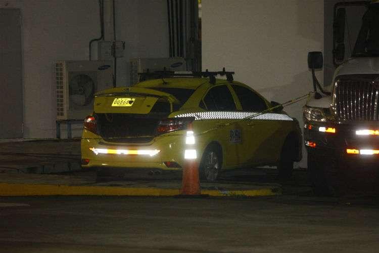 Los uniformados ubicaron un taxi abandonado el cual mantenía una placa que no le pertenecía. Foto: Alexander Santamaría
