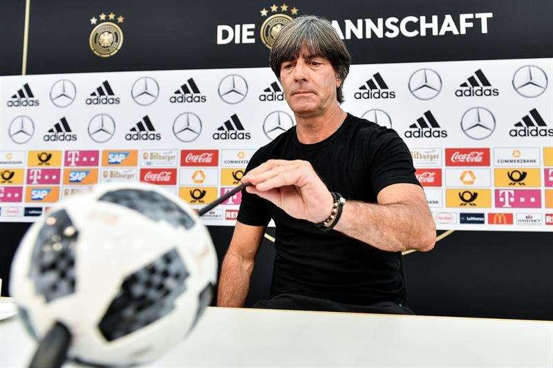 El seleccionador alemán, Joachim Löw, ofrece una rueda de prensa en Appiano, Italia. Foto EFE