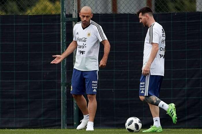 Los jugadores de la selección argentina Javier Mascherano y Lionel Messi (d) durante el entrenamiento realizado hoy en la Ciudad Deportiva Joan Gamper de Barcelona./EFE