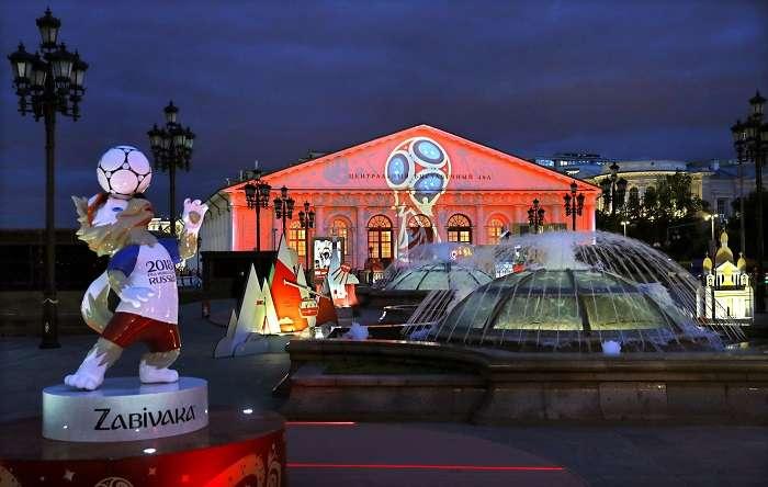 Vista de un espectáculo de luces dedicado a la Copa Mundial de Rusia 2018 , junto a la mascota del mundial, Zabivaka, en la Plaza Manege en Moscú, Rusia./EFE