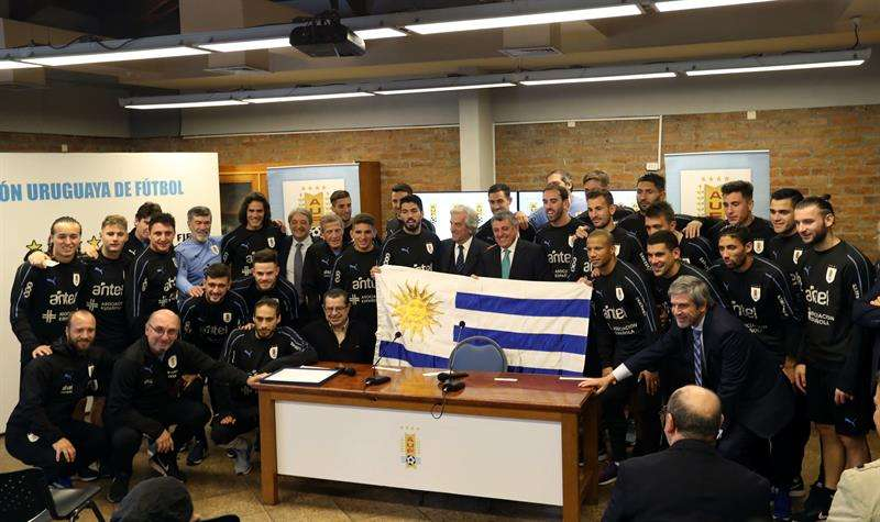 El presidente de Uruguay, Tabaré Vázquez, encabezó la ceremonia de entrega del pabellón nacional a los jugadores del combinado celeste de cara a su participación en el Mundial de Rusia 2018. Foto EFE