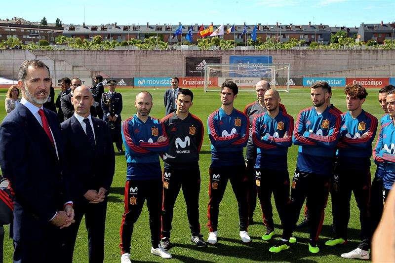 El Rey Felipe VI ha visitado hoy a la plantilla de la selección nacional de fútbol en la Residencia de la Ciudad del Fútbol, antes de que esta viaje a Rusia para disputar el Mundial. Foto EFE