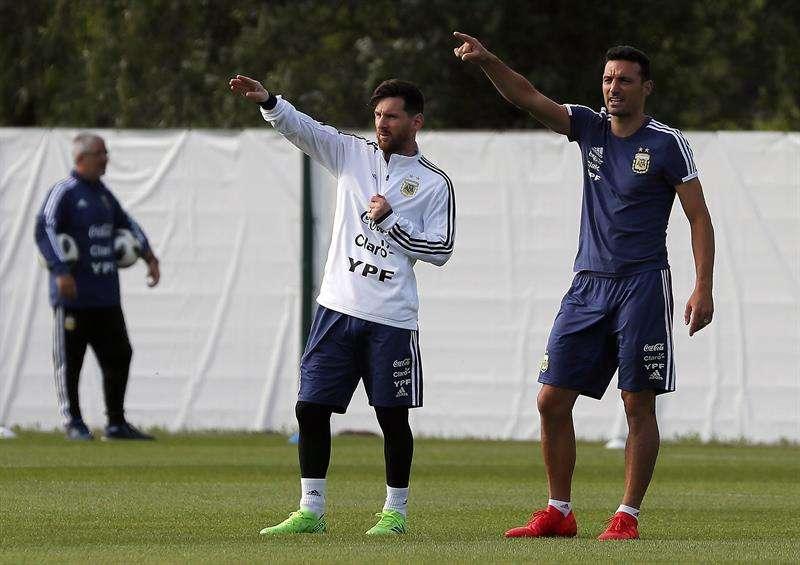 """El jugador Leo Messi era el único que vestía un peto diferente a los demás y es que """"la pulga"""" jugó para ambos equipos que se formaron en el entrenamiento. Foto EFE"""