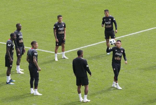 Los jugadores de la selección de Perú, durante el entrenamiento. Foto: EFE
