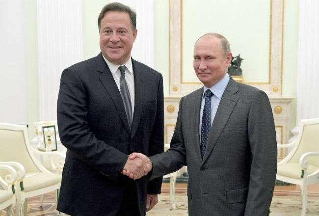 El presidente ruso, Vladímir Putin (dcha), mantiene una reunión con el presidente de Panamá, Juan Carlos Varela (izq). Foto: EFE