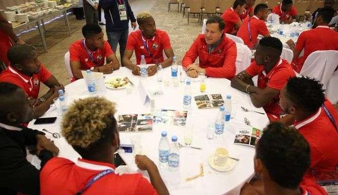 Juan Carlos Varela conversa con los jugadores. Foto Fepafut