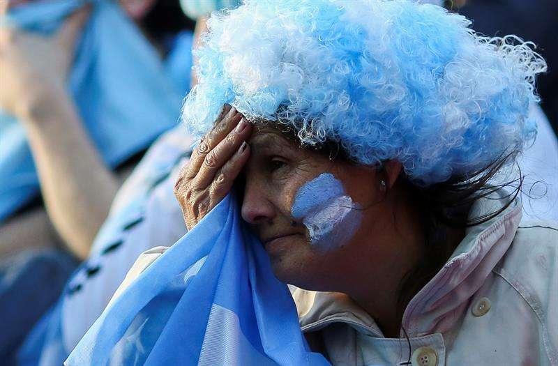 Reacción de la afición argentina al ver su equipo perder en su segundo partido. Foto EFE