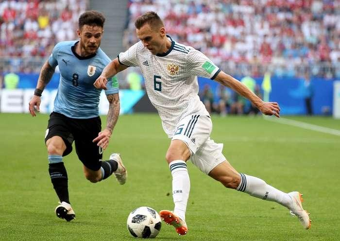 Denis Cheryshev controla el balón en el partido frente a Uruguay./EFE