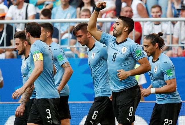 El delantero uruguayo Luis Suárez (2d) celebra tras marcar. Foto: EFE