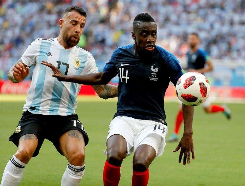El francés Blaise Matuidi (dcha.) lucha el balón con el argentino Nicolás Otamendi. Foto EFE