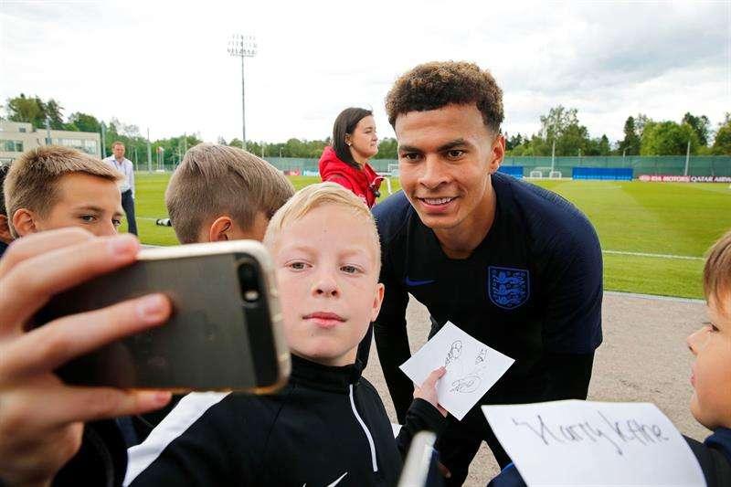 Dele Alli se toma un selfie con un fanático luego de finalizar los entrenamientos de la selección de Inglaterra. Foto EFE