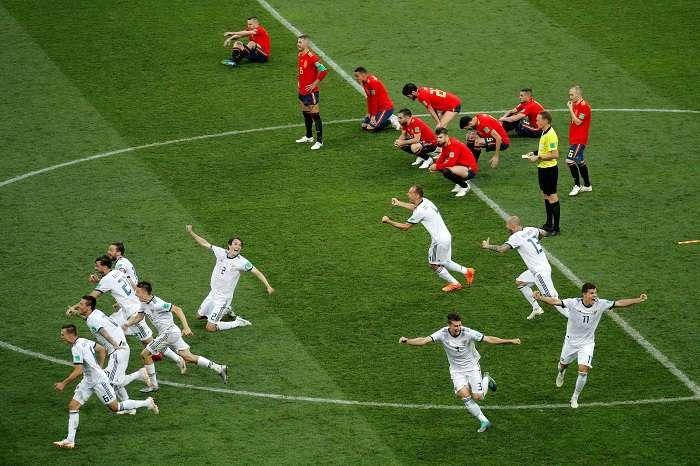 Jugadores rusos celebran la victoria tras el partido España-Rusia, de octavos de final del Mundial de Fútbol de Rusia 2018, en el Estadio Luzhnikí, Rusia./EFE