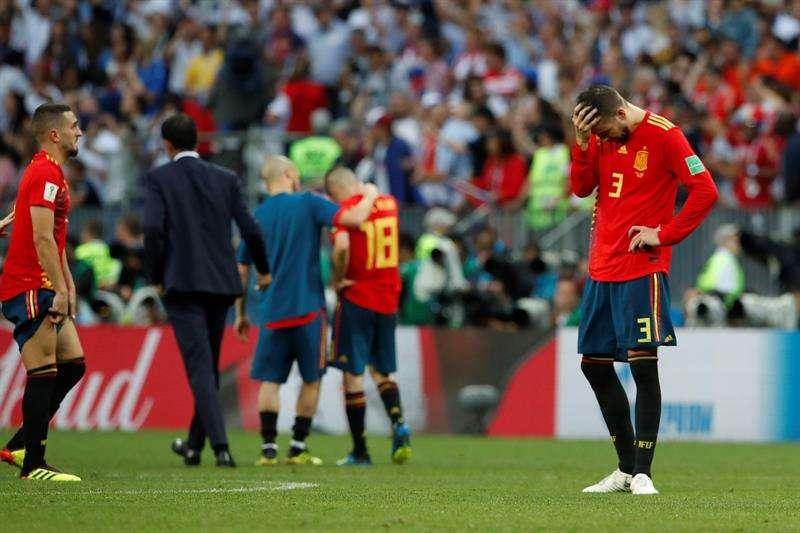 El defensa español Gerard Piqué se lamenta tras el partido España-Rusia, de octavos de final del Mundial de Fútbol de Rusia 2018, en el Estadio Luzhnikí, Rusia. Foto EFE