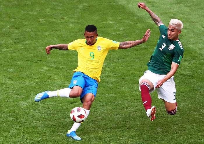 Gabriel Jesús (i) de Brasil disputa un balón con Carlos Salcedo (d) de México durante un partido del Mundial de Fútbol Rusia 2018./ EFE