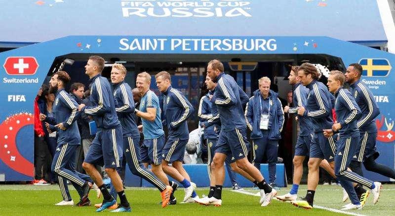 Los jugadores de la selección de Suecia calientan durante la sesión de entrenamiento del equipo celebrada esta mañana en el estadio de San Petersburgo (Rusia). Foto EFE
