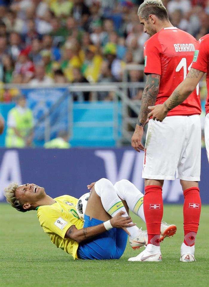 Neymar ha sido fuertemente criticado por exagerar las faltas que recibe. Foto EFE