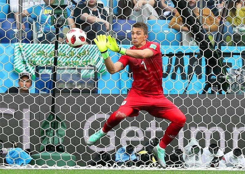 Fernando Muslera trata de despejar el balón ante el disparo de Antoine Griezmann. El balón quedó en el fondo de las redes.