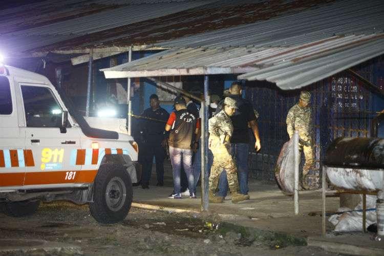 Vista general de la parte exterior de la escena de doble crimen. Foto: Alexander Santamaría