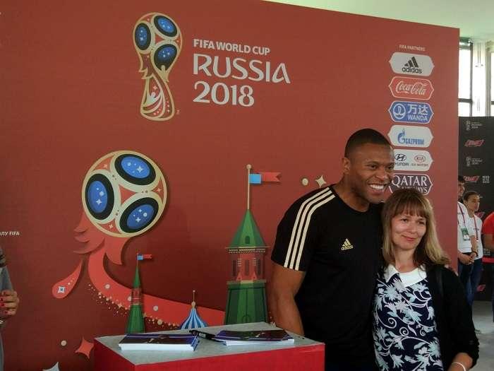 El exfutbolista brasileño Julio Cesar Baptista (i) posa con una persona en un acto organizado por la FIFA, en la Plaza Roja de Moscú (Rusia)./EFE