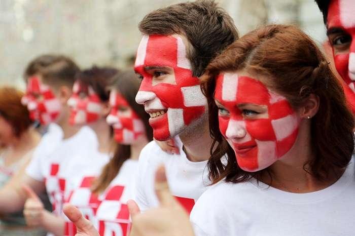 Pocos aficionados croatas se imaginaron que se quedarían hasta el día de la final del Mundial Rusia 2018. /AP