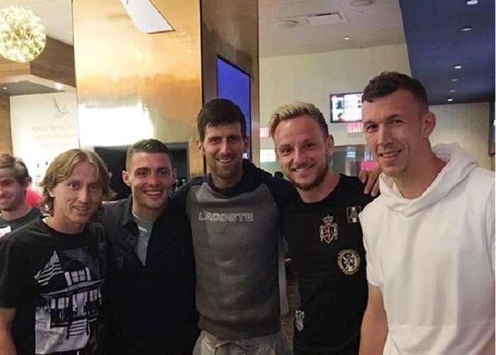 Novak Djokovic (centro) posa junto a las principales estrellas de la selección croata./ Instagram