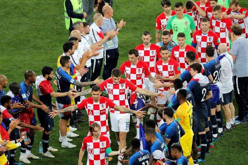 Jugadores franceses realizan el pasillo a los jugadores croatas tras el partido Francia-Croacia, final del Mundial de Fútbol de Rusia 2018, en el Estadio Luzhnikí de Moscú. Foto EFE