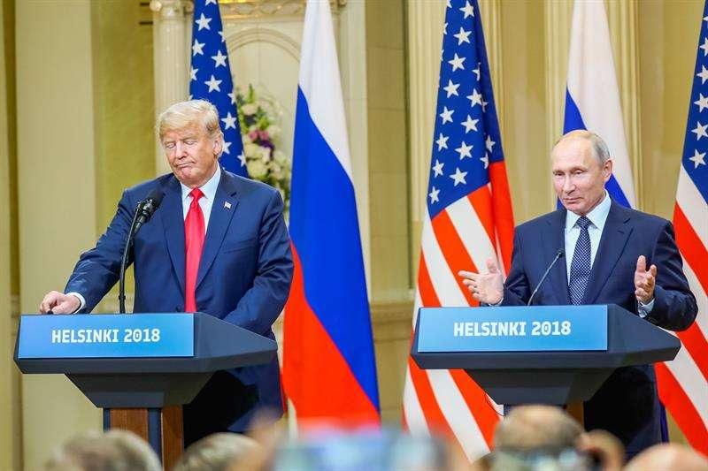El presidente estadounidense, Donald J. Trump (i), y su homólogo ruso, Vladimir Putin (d), ofrecen una rueda de prensa conjunta tras la cumbre formal entre ambos dirigentes celebrada en el Palacio Presidencial de Helsinki, Finlandia. EFE