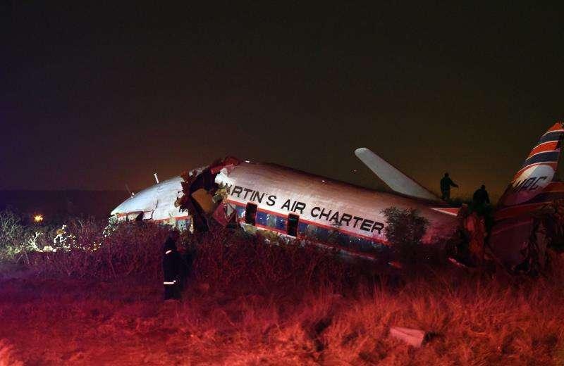 Vista de una avioneta que se accidentó el martes 10 de julio de 2018, cerca de Kameeldrift, al norte de Pretoria (Sudáfrica). EFE