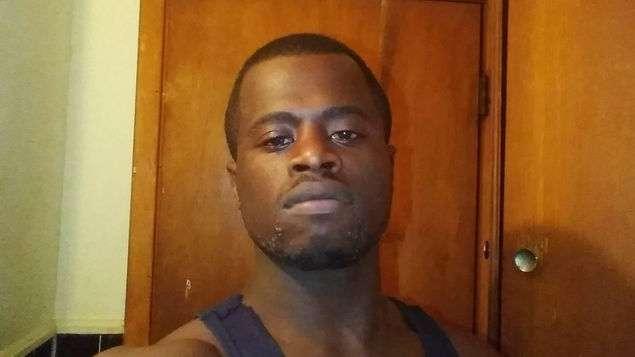 La policía dijo que Tommy Lee Beverly Jr., de 27 años, es buscado por un cargo de robo a mano armada. AP