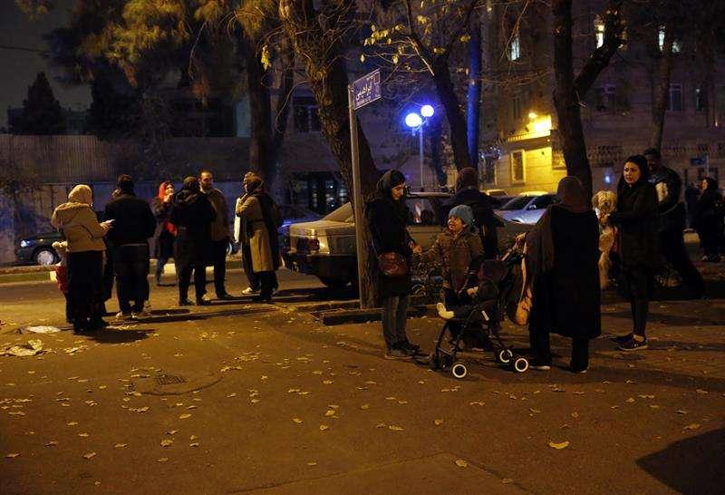 Iraníes esperan en una calle después del impacto de un terremoto el pasado diciembre cerca de Teherán (Irán). EFE/Archivo