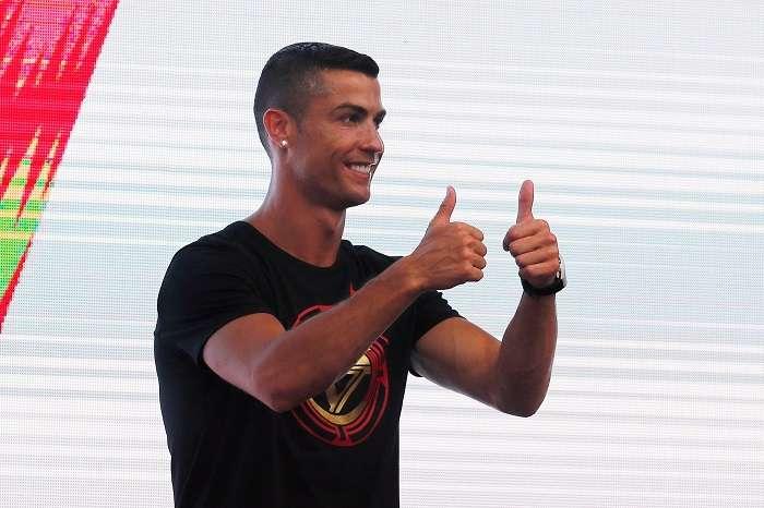 El futbolista portugués del Juventus Cristiano Ronaldo saluda a sus fans durante un acto en Pekín incluido en su 'CR7 tour' anual, en Pekín, China./EFE
