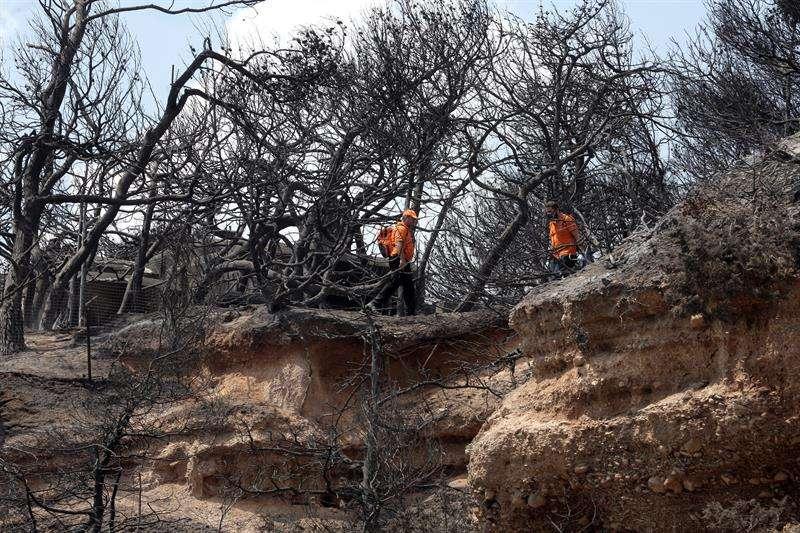 La cifra oficial de muertos por los incendios se ha elevado hoy a 83, que podría seguir aumentando pues el número de desaparecidos continúa siendo incierto. EFE