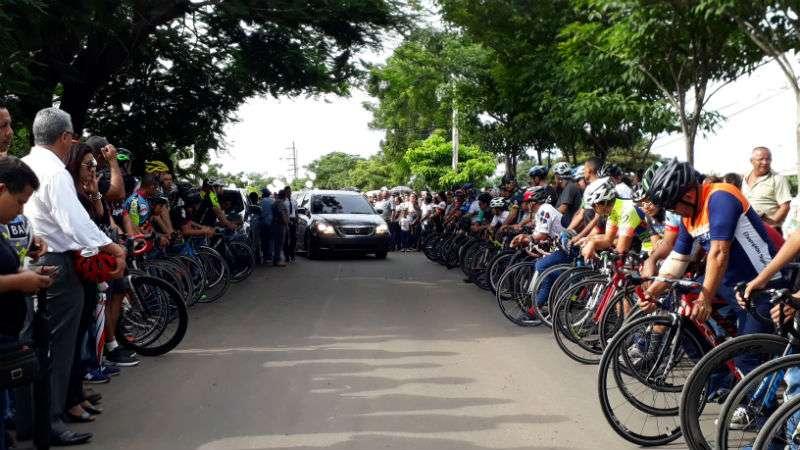 El féretro del ciclista fue llevado en romería hasta el colegio José Daniel Crespo donde los estudiantes le esperaban en calle de honor, antes de ser trasladado al cementerio municipal de Chitré. Foto: Thays Domínguez