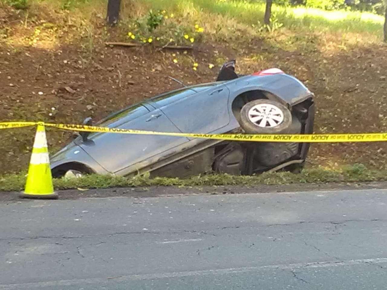 Los delincuentes dejaron el auto abandonado en una cuneta.