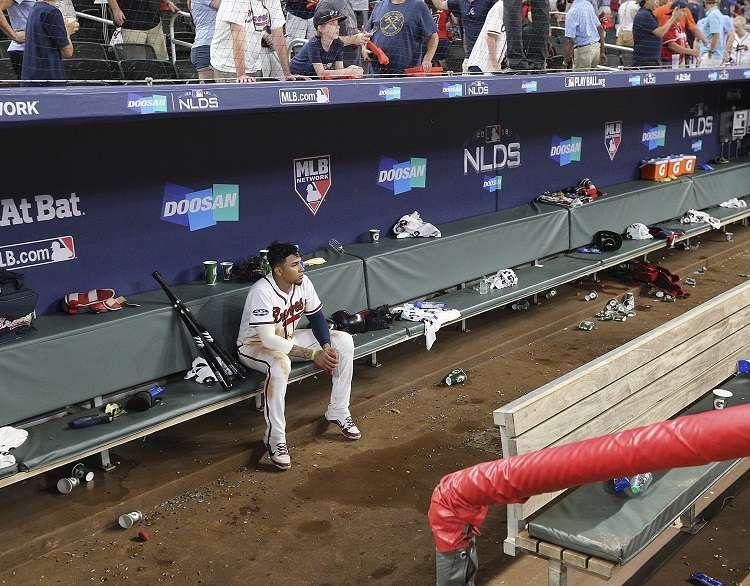 Johan Camargo en la cueva del estadio de los Bravos de Atlanta tras la eliminación./ Foto AP