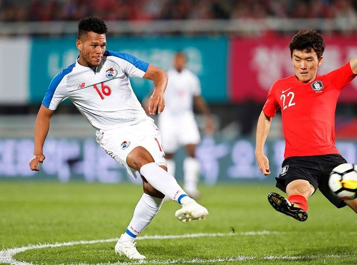 El panameño Rolando Blackburn (i) en acción durante el partido amistoso internacional disputado contra Corea del Sur, en Cheonan (Corea del Sur), hoy, 16 de octubre de 2018. EFE/ Jeon Heon-kyun