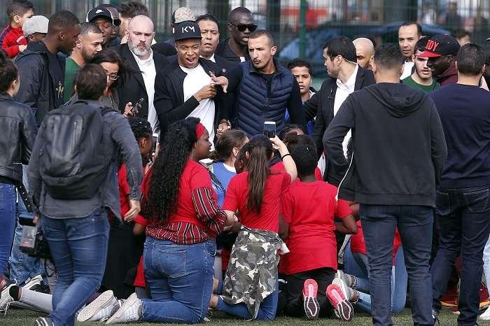 Kylian Mbappé fue recibido por una multitud de jóvenes. / AP