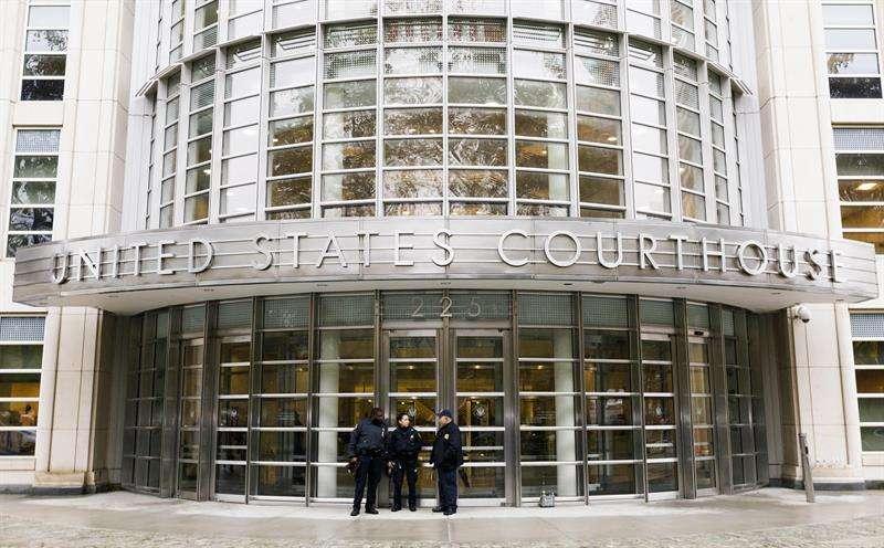 Varios policías montan guardia en el exterior de una corte federal de Nueva York en Brooklyn, Nueva York (Estados Unidos) el 5 de noviembre del 2018. EFE