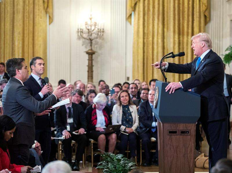 El presidente de los Estados Unidos, Donald J. Trump (d), habla con el reportero de la CNN Jim Acosta (i) durante una conferencia de prensa en la Sala Este de la Casa Blanca en Washington, DC, EE.UU.. EFE
