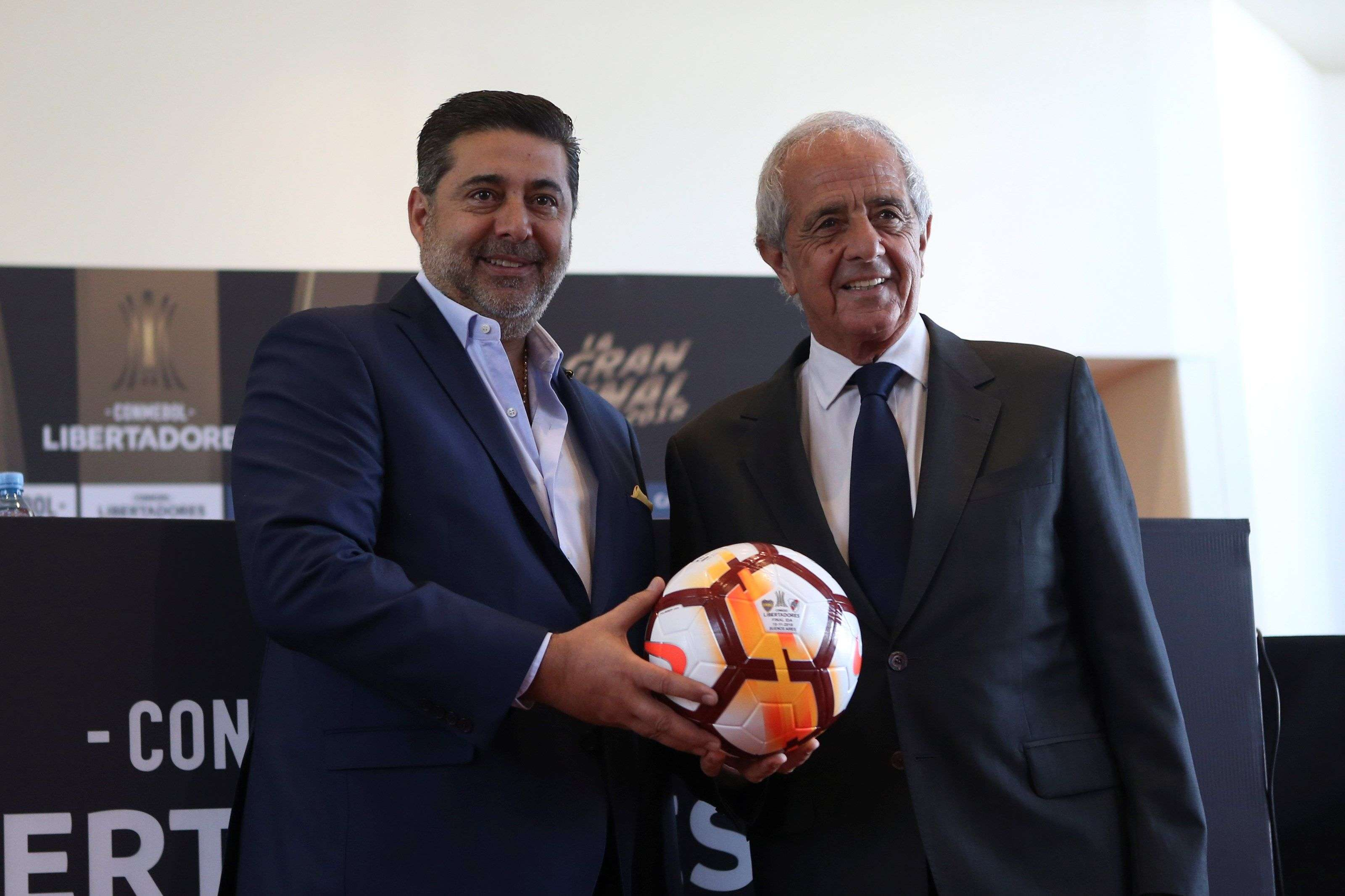 Daniel Angelici (i), presidente de Boca Juniors, y Rodolfo Donofrio (d), presidente de River Plate./ EFE