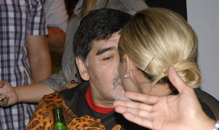 El exfutbolista argentino Diego Armando Maradona (i), técnico de los Dorados de Sinaloa de la Liga de Ascenso del fútbol mexicano, y su novia Rocío Oliva (d)./EFE